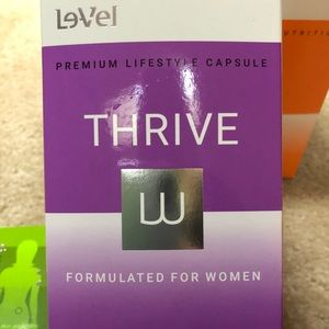 18 packets of women's Thrive lifestyle capsules.